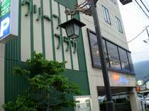 千曲川河畔&温泉街より徒歩5分。山麓にある閑静なビジネスホテル。