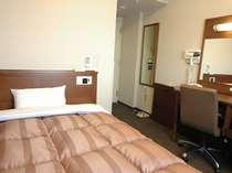 シングルルーム 広々ベッド(幅1400mm)でゆっくりとお休み下さい。