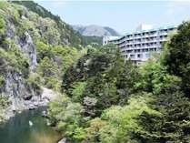 美しい鬼怒川の渓谷沿いに建つ鬼怒川ロイヤルホテル(楯岩大橋まで徒歩2分)