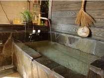 椿の間の半露天風呂になります。