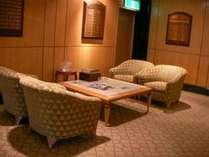 フロント:ロビーゆったりソファで寛げます♪