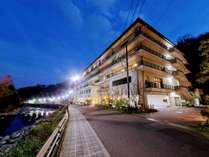 箱根湯本の温泉街に位置する須雲川に面した温泉旅館