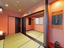 金沢伝統の橙の入洛壁のテイストに焦墨のフローリング、緑の畳をアレンジした自慢の和モダンのお部屋です。