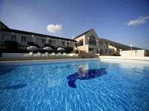 トレードマークの海ガメが、ホテルのプールで優雅に泳いでいます♪