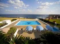 本館の目の前にあるプール。夏季営業期間中、ご宿泊のお客様は無料でご利用頂けます。