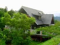 緑いっぱいの自然に囲まれた一軒家です。近くにはスキー場と温泉施設があります