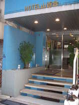 青色の外壁の建物です。