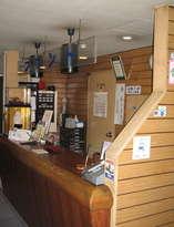 LANケーブル、ドライヤー貸出し、海外通貨支払可(VISA)、等受付フロントです。