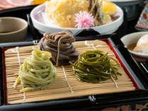 少しずつ違う味を楽しめる一口変わり蕎麦。福井名物「越前おろしそば」にそまやま名物「はすうどん」も。