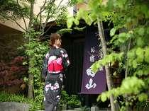 色浴衣で新緑の玄関先で記念撮影も素敵♪
