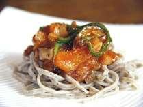 『変わりソバ』(手打ちそばwithイタリアン)田舎風味の蕎麦とトマト野菜ソースのコラボをお試しください♪