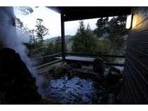 宿泊者限定の展望岩風呂は天然温泉たかつる温泉です(有料)