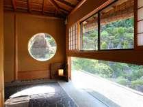 ≪二階廊下の様子≫広い窓をしつらえておりますので、景色を楽しんで頂けます。