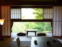 部屋の中で静かに愛でる信州の自然。癒されます。冬は雪景色を堪能できます