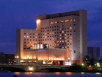 新潟市の中心部・信濃川と萬代橋の袂に建つホテル