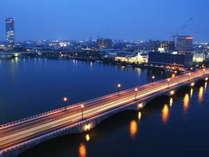 リバービュールームから臨む大河「信濃川」と「萬代橋」