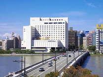 信濃川のすぐ近くに位置するオークラ新潟。川側の客室からは美しいリバービューをお楽しみいただけます。