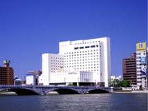 新潟駅からお車で約5分。萬代橋の袂に位置するホテルオークラ新潟