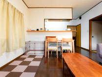 ペット可の2DKのアパートタイプの客室。ツインベッドルーム、和室、ダイニングとキッチンがございます。