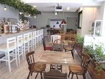 2F朝食会場。自分の家にいるような落ち着いた雰囲気。夜はスイーツバーとして営業。