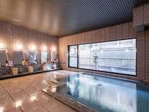 【大浴場】掛け流しの温泉を近くの源泉から直接引いています。泉質の良さが自慢です♪