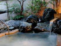 庭園を眺めながら足を伸ばして「ほぉ〜っ」一息、自慢の大浴場でお寛ぎ下さい。