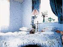 清潔に整えられた可愛らしい洋室