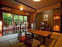 渓流沿いの和室、山月亭一般客室。10畳の和室。6畳の板の間リビング。そしてテラス。