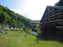 蓼科温泉ホテル親湯全景。渓流を望むresortの一軒宿。
