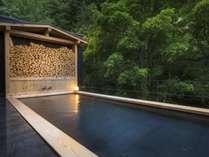 自然の中でマイナスイオンを浴びながら入浴できる露天風呂