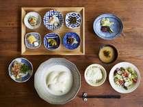 【ご朝食 蓼科 山ごはん】メインは、湯豆腐。使用する豆腐は、蓼科山の湧水で作られた特別な豆腐