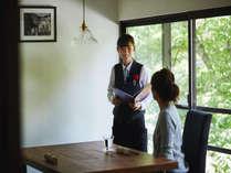 個室レストランでは担当スタッフがお料理を美味しくご提供。