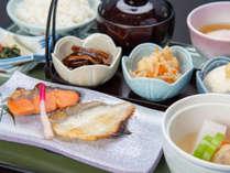 *【ご朝食一例<和食>】ダイニングにて、梨北米のご飯、数種類のおかずなどご用意させていただきます。