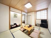 落着いた雰囲気の客室はゆったりくつろげる(10畳)