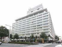 名古屋一の繁華街「錦・栄」の中心に位置。地下鉄栄駅8番出口より徒歩2分。