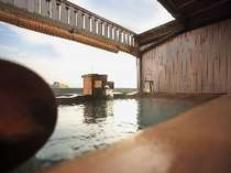 貸切展望露天風呂の「檜タイプ」の浴槽です。遠くに津軽海峡を望む(展望貸切風呂 海の間)