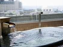 展望貸切風呂は全10室。庭側又は川側の眺望をひとりじめ!(展望貸切露天風呂 月の間)