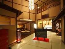全館畳敷きで、いたるところに輪島塗を使用。入った瞬間に、天井の高いロビーがあなたをお向えします。