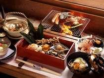 囲炉裏でじっくりと焼かれる魚介類は芳ばしい香りとともに旨味を凝縮。焼き上がりを待つ時間も一興。