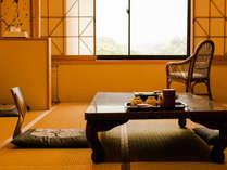 ◆和室(山側):眉山(まゆやま)を一望でき、ゆったりとした時間をお過ごしいただけます。