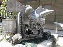玄関前の足湯横には大きな鬼瓦があります。地元菊間町の伝統工芸品です。