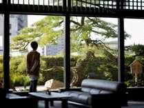 ロビーでのひととき、「鶴亀の松」に思いを馳せる。
