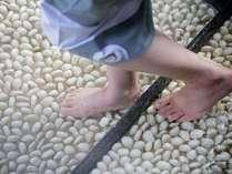 ごつごつした石の底が気持ちいい、当館自慢の足湯。