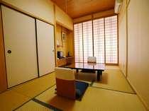 定員1~3名和室。天井をやや高くして開放感のある作り。全室川向き。バストイレ無し