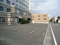 【平面駐車場】   ・駐車場は1台(普通車)1泊800円の追加となります。