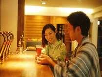 フロント前にはバーコーナーを。当館醸造のクラフトビールの他、カクテルや珈琲もお楽しみください。