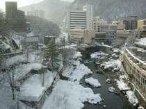 お部屋から見た冬の温泉街。温泉街では足湯や手湯もお楽しみ頂けます。