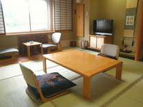 【和室8畳】決して広くはございませんが、おふたりでもゆっくり寛げます。