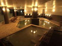 【棚湯・寝湯】棚湯と寝湯もあり、様々な浴槽でゆっくりと疲れを癒します。