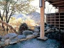 【露天風呂】秋の紅葉を望む露天風呂。夏の深緑、秋の紅葉、冬の雪景色。どれも最高!